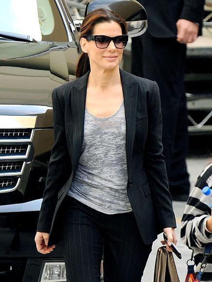 Sandra Bullock çizgili pantolonu ve Blazer ceketiyle Oprah Winfrey'in şovuna katılmak için yola koyuluyor.