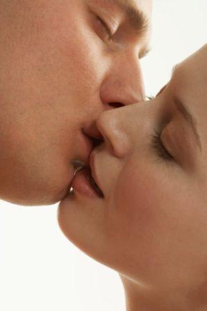 PROBLEM 1 Şişmiş dudaklar Erkek arkadaşınızla o kadar çok öpüştünüz ki, dudaklarınız şişti ve rengi mora döndü. Soranlara bunun, ağzınıza yanlışlıkla götürdüğünüz mavi bir tükenmez kalemden kaynaklandığını söylemek zorunda kaldınız. Çözüm: Aslında bu durumun en iyi yanı o gün dudaklarınıza dolgunluk vermeye yarayan bir ürün kullanmayacak olmanız. Dudaklarınızda oluşan morumsu renkle baş etmek için ise, rengin en koyu olduğu noktalara kapatıcı uygulayın ve ten renginize en uygun ruju seçin. Doğal bir görünümden yana değilseniz, uyguladığınız rujun üzerine bir kat dudak parlatıcısı sürebilirsiniz. Bir dahaki sefere: Ona öpüşürken arada bir nefes almasını hatırlatmanızda fayda var!