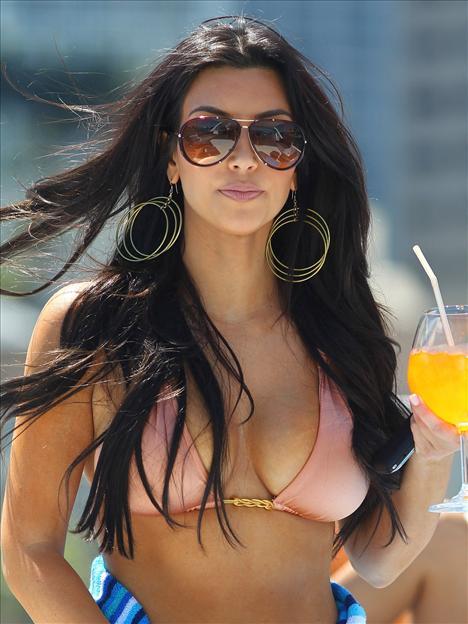 Kim Kardashian güneşleniyor - 3