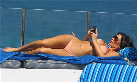 Kim Kardashian güneşleniyor - 20