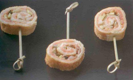 Avokadolu somonlu krep (6-8 kişilik)  Malzemeler:  İçi için:  1 adet avokado, küp küp doğranmış, 1 adet küçük kırmızı soğan, ince doğranmış, 4-5 dilim somon füme,  4 yemek kaşığı balsamik sirke,  2 yemek kaşığı nar ekşisi, 1 yemek kaşığı zeytinyağı, Bir fiske beyaz toz biber,   Peynir karışımı için:  1 yemek kaşığı kapari, ezilmiş  3 yemek kaşığı krem peynir  2 yemek kaşığı labne peynir  Krep hamuru için:  3 adet yumurta, 1 su bardağı un, 20 gr tereyağı, erimiş, 2 su bardağı süt, 1 fiske tuz, 1 yemek kaşığı ayçiçeği yağı  Hazırlanışı: Krep için derin bir kaba yumurtaları, unu, sütü koyun ve mikserle çırpın. Erimiş olan 20 gr tereyağını ve tuzu içine ekleyin ve karıştırın. Krep tavasını ısıtın. Çok az ayçiçeği yağı sürün. Bir kepçe kadar krep karışımını tavaya dökün ve hemen tavayı sağa sola çevirerek yuvarlak ince bir satıh olarak tavayı tam kaplamasını sağlayın. 1 dk kadar pişirin, bir spatulayla ters çevirip 30 saniye kadar daha pişirin ve tavadan büyük bir tabağa alın.  Diğer krepleri de aynı şekilde pişirin. Her seferinde tavayı çok az yağla yağlayın ve aşırı kızmaması için tavayı ara sıra ateşten alarak biraz soğutun.  İçin hazırlanışı: Bir kâsede soğan, avokado, nar ekşisi, zeytinyağı, beyaz toz biber ve balsamik sirkeyi karıştırın. Karışımı 30 dk kadar bekletin. Peynir karışımı için krem peynir ve labne peyniri bir kapta pürüzsüz bir karışım elde edinceye kadar karıştırın ve ezilmiş kapariyi ekleyip hafif karıştırın. Hazırladığınız soğan karışımını süzün.   Düz bir zemine önce bir krep koyun. Krepin içine peynir karışımından ince bir tabaka yayın. Üstüne önce somon füme sonra da soğan karışımını koyun ve rulo şeklinde sıkıca sarın. Tüm krepleri aynı işlemden geçirin. Sardığınız ruloları streç filmle sıkıca sarıp buzdolabında birkaç saat beklettikten sonra dilimleyerek servis yapın.