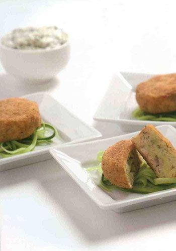 Somon köfte (6-8 kişilik)  Malzemeler:  200 gr patates   150 gr somon fileto  1 yemek kaşığı tereyağı  2 yemek kaşığı dereotu, ince kıyılmış  1 adet taze soğan, ince kıyılmış   Tuz ve karabiber  Pane için:  3 yemek kaşığı un  1 adet yumurta  3 yemek kaşığı galeta unu  Kızartmak için: Ayçiçeği yağı  Süslemek için: Salatalık  Sos için:  2 yemek kaşığı mayonez  2 yemek kaşığı zeytinyağı  1-2 tatlı kaşığı hardal  1 ufak diş sarmısak  1 tatlı kaşığı kıyılmış dereotu  Tuz  Hazırlanışı: Patatesleri soyun ve dörde bölün. Tuzlu suda haşlayın, süzün ve ezin. Somon filetoyu kaynar suya atın, 3-4 dk kadar haşlayın ve alın. Tereyağı, dereotu ve taze soğanı ilave edin, tuz ve karabiberle tatlandırın. Haşladığınız somonları ilave edip elle iyice karıştırın.   Fritözde veya derin bir tavada ayçiçek yağını kızdırın. Patatesli karışımdan avucunuzda küçük yuvarlak şekiller yaparak köfteleri hazırlayın. Köfteleri önce una, sonra yumurtaya ve en son galeta ununa bulayın. Kızgın yağda kızartın (siyahlaşmayacak). Mayonez, hardal ve zeytinyağını karıştırın; tuz, sarımsak ve dereotuyla tatlandırarak sosu hazırlayın. Somon köftelerini sosla birlikte ve incecik uzun kesilmiş salatalık dilimleriyle süsleyerek servis yapın.