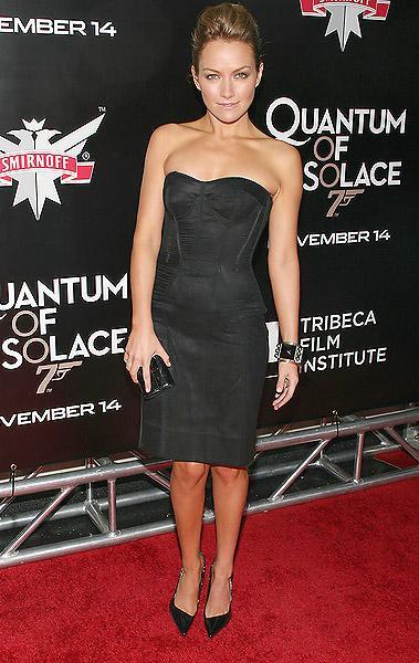 Becki Newton siyah, straplez korsaj elbisesiyle.