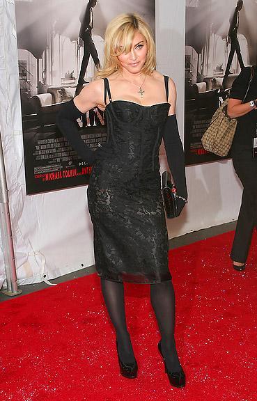 Madonna korsaj elbisesiyle.