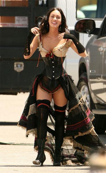 Megan Fox yeni filminin çekimlerinde korsesiyle