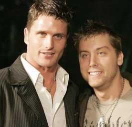Şarkıcı Lance Bass (sağda) 2006 yılında Reichen Lernkuhl (solda) ile sık sık görüntülenmiş ve bazı spekülasyonlara yol açmıştı. Bass sonunda Lemkuhl ile ilişkisi olduğunu açıklamıştı. Çİft ayrıldı.