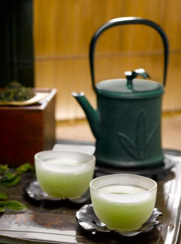 6. Yürüyüşe çıkmadan önce yeşil çay için Kafein yağ asitlerinin açığa çıkmasını sağlar. Böylece daha kolay yağ yakarsınız. Ayrıca yeşil çayda bulunan polifenoller (antioksidan bileşikler), kafeinle birleşerek yakılan kalori miktarını artırırlar. Ancak eğer yüksek tansiyonunuz varsa, bu öneriyi dikkate almayınız.   7. Yemeğinizi evden getirin Dışarıda yemek genellikle daha çok kalori almanıza neden olur. Dışarıda bulmanın zor olduğu şeyleri evde hazırlayıp yanınızda getirebilirsiniz.