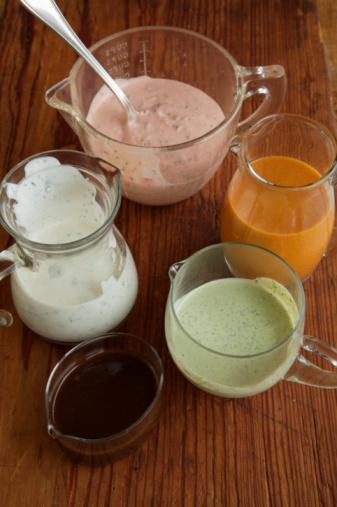 8. İlla da salata sosu istiyorsanız… O zaman bu tarife göre kendi salata sosunuzu yapın. Çünkü bu sosta bulunan yağ miktarı 1.5 gr ve içerdiği kalori de sadece 20'dir.   • 1 çay kaşığı balsamik sirke • Çeyrek çay kaşığı zeytinyağı • 3/4 çay kaşığı dijon hardalı • Çeyrek çay kaşığı yaban turbu