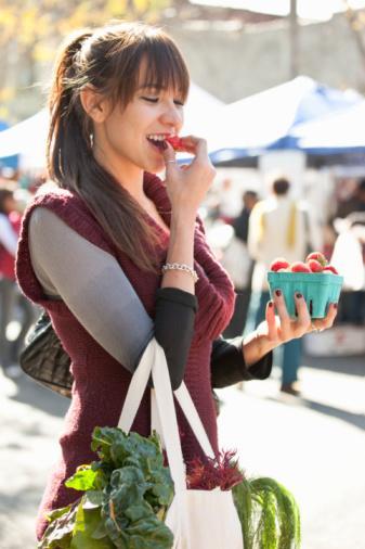 18. Sprey yağları tercih edin Böylece normalde kullandığınızdan çok daha az yağ kullandığınızı fark edeceksiniz.   19. Alırken küçüğünü tercih edin Örneğin çikolata mı satın aldınız? Bir bar yerine, bir paket almak demek, yüzde 44 daha fazla yemeniz demek. Riske girmeye gerek yok, küçüğünü alın, kaloriyi azaltın.
