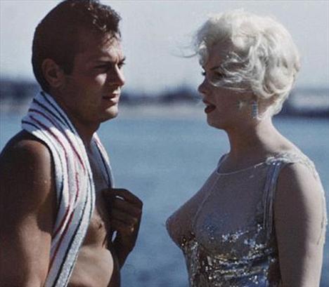 """Aynı gün bir başka ölümsüz yıldızın da fotoğrafları ilk kez medyaya yansıdı. O yıldız Marilyn Monroe'dan başkası değildi. Some Like It Hot"""" (Bazıları Sıcak Sever) filminin setinde çekilen Marilyn Monroe fotoğrafları internet sitelerinde yer buldu."""
