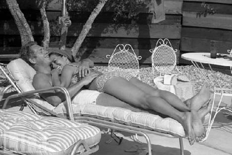 """Efsane aktör Steve McQueen ve Marilyn Monroe'nun daha önce yayımlanmamış fotoğrafları ortaya çıktı. Life fotoğrafçısı John Dominis'e poz veren McQueen hayranlarını şaşırttı. Çünkü bazı karelerde çıplaktı.     Steve McQueen ve eşi Neile havuz kenarında... """"Yabancılarlayken solumakta güçlük çekiyorum... Ama karıma tapıyorum"""" diyor aktör."""