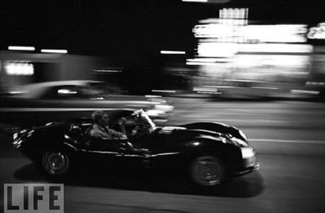 Fotoğrafçı John Dominis ünlü aktörü sürekli takip etti. Arkadaşlarıyla kamp yaparken, değişik arabalarıyla yarışırken veya ailesiyle eğlenirken...