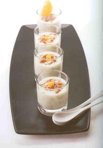 Elmalı aşure (12 kişilik)  Malzemeler:  150 gr buğday, bir gün suda bekletilmiş  ½ çay bardağı pirinç  1 portakalın suyu  2 portakalın kabuğu, küçük doğranmış ve üç defa  suyu değiştirerek haşlanmış  2 adet elma, küçük küp küp doğranmış  1 yemek kaşık pirinç unu  1 yemek kaşık buğday nişastası  100 gr kuş üzümü  2 kg süt  Şeker,tarçın  Hazırlanışı: Derin bir tencerede, buğday ve pirinci haşlayın. Elmaları az şekerli su ve portakal suyuyla hafif yumuşayıncaya kadar (10 dk) haşlayın. (Bu su kullanılacağından dökülmemelidir.) Buğday ve pirinci haşladığınız tencereye 1 kg sütü yavaş yavaş ekleyerek ve sürekli karıştırarak kaynatmaya başlayın.  Kaynamaya başlayınca, bir kâsede biraz soğuk sütle, nişasta ve pirinç ununu eritin, ocaktaki karışıma ilave edin. Ardından sırasıyla haşlanmış portakal kabuğunu, haşlanmış elmayı ve suyunu, kuş üzümünü ve en son şekeri katın. Tüm malzemeler bitince sürekli karıştırarak ve süt ekleyerek (kalan süt bitinceye kadar) kısık ateşte pişirin. Sahlep kıvamına gelince ocaktan alın. Servis edeceğiniz bardaklara aşureyi bölüştürün, tarçını üzerlerine serpiştirin ve buzdolabında 2 saat kadar tutun. Soğuk olarak servis yapın.  Not: Şeker ve tarçının miktarını arzunuza göre ayarlayabilirsiniz.