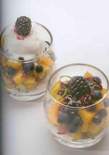 Meyve salatası (6 kişilik)  Malzemeler:  1 çay bardağı yaban mersini meyvesi   4 adet kayısı, küp küp kesilmiş   1 adet kivi, küp küp kesilmiş   1 adet armut, küp küp kesilmiş   1 adet portakal, küp küp kesilmiş   1 adet şeftali, küp küp kesilmiş  5 adet bisküvi veya kurabiye kıtırı  Sos için:  2 portakalın suyu  1 limonun suyu  2 kaşık tozşeker  Servis için:Dondurma veya krema Hazırlanışı: Sos malzemelerini bir kapta şeker eriyinceye kadar karıştırın ve buzdolabında bekletin. Dilimlemiş meyveleri derin bir kaba koyup hafif soğumuş sosu üzerlerine dökün ve parçalanmamasına dikkat ederek meyveleri hafif karıştırın.   Servis bardaklarına 2'şer kaşık kadar meyve koyun. Üzerlerine bisküvi kıtırlarını serpiştirin; tekrar meyve ekleyin ve tekrar bisküvi kıtırlarından ilave edin. Bu işlemi 2 kez yapın. Dondurma veya kremayla servis yapın.  NOT: Sosa, aromalı votka, rom. likör vs gibi içecekler de (2 cl yeterlidir) ekleyebilirsiniz.