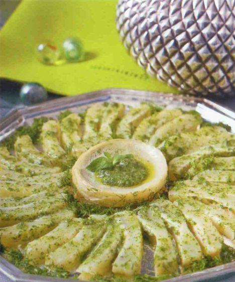 Zeytinyağlı enginar salatası (6 kişilik)  Hazırlama süresi: 15 dakika  Pişirme süresi: 15-20 dakika  Malzemeler:  1/4 -6 adet ayıklanmış enginar  1 kuru soğan  2 yemek kaşığı zeytinyağı  1 limon suyu  1 çay kaşığı tuz  2 ölçü/300 ml su  1 tutam toz şeker  ½ demet dereotu+1 yemek kaşığı zeytinyağı  Hazırlanıışı: Enginarlar, soyulmuş dörde kesilmiş kuru soğan, zeytinyağı, limon suyu, su, toz şeker ve tuz  tencereye konur; kapağı kapalı olarak orta ateşte 15-20 dakika pişirilir. Enginarlar tencereden alınır. Soğan çıkartılır, kalan sosa ince kıyılmış dereotu ve 1 kaşık zeytinyağı ilave edilir. Enginarlar dilenen şekilde dilimlenir, üzerlerine sos dökülerek servis edilir.