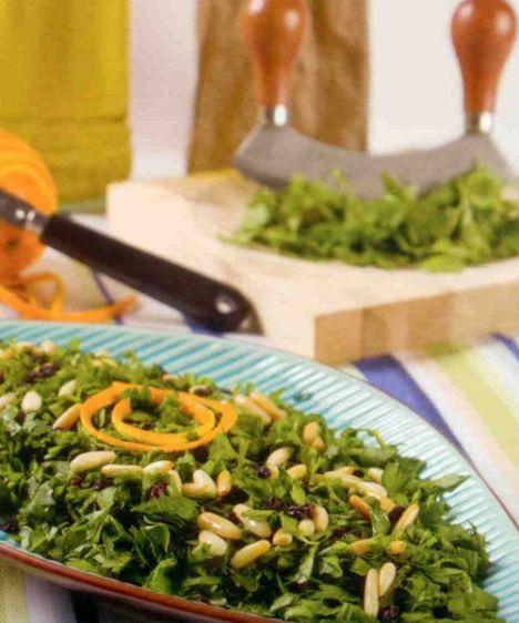 Maydanoz salatası (8 kişilik)  Hazırlama süresi: 20 dakika br> Malzemeler:  3-4 demet maydanoz  1/3 ölçü/ 50 g dolmalık fıstık  1/3 ölçü/50 g kuş üzümü  2  portakal rendesi ve suyu  2X 1/3 ölçü /100 ml sızma zeytinyağı  1 tutam tuz  Hazırlanışı: Maydanozlar ayıklanır, yıkanır ve ince ince doğranır. Dolmalık fıstıkları kaşık zeytinyağında pembeleştirilir. Üzümler 5 dakika sıcak suda şişmeleri için bekletilir. Portakal  suyu, zeytinyağı, ezilmiş sarımsaki portakal rendesi ve tuz ile sos hazırlanır. Maydanozlara sos ilave edilir, fıstık, üzüm, keten tohumu serpilerek servis edilir.