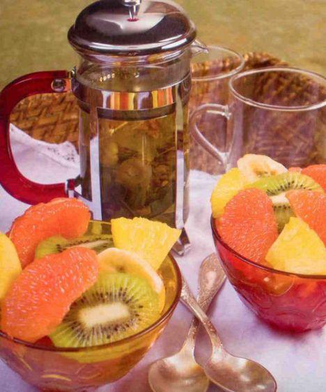 Uyku çayı& meyve salatası(4 kişilik)  Uyku çayı  Hazırlama süresi: 10 dakika  Malzemeler:  1 tutam ıhlamur  1 tutam papatya  1 tutam melisa  Su  Hazırlanışı: Tümü çaydanlığa konur, üzerlerine sıcak (kaynamayan) su ilave edilir. 5 dakika demlenir, süzülerek servis edilir.  Meyve salatası  Hazırlama süresi: 15 dakika  Malzemeler:  2 pembe greyfurt  2 kivi  2 muz  4 dilim ananas   Sos:  2 sıkmalık portakal  1 yemek kaşığı pudra şekeri  1 tutam kıyılmış taze nane  Hazırlanışı: Meyveler soyulur ve istenilen şekilde doğranır. Portakalların suyu, pudra şekeri ve nane çırpılır ve meyve salatasına ilave edilir, 15 dakika buzdolabında bekleterek servis edilir. Şefin önerisi:  Meyve salatası mevsim meyveleri ile veya sırf çilek ile yapılabilir.