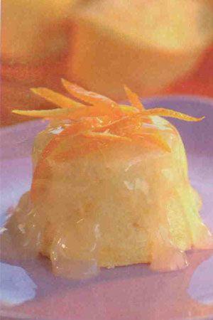 Portakallı sufle puding (6-8 kişilik)  Malzemeler:  130 gram margarin  1 su bardağından bir parmak eksik tozşeker  1 su bardağından bir parmak eksik un  1 su bardağı süt  5 adet yumurta  2'şer adet portakal ve limon  2 su bardağı su  4 çorba kaşığı mısır nişastası  Hazırlanışı: Margarin ve tozşekerin yarısını ve unu derin bir kaba alarak koyu kıvamlı bir karışım hazırlayın. Süt ve rendelenmiş portakal kabuğunu bir  taşım kaynatıp ocaktan alın. Daha sonra margarin, tozşeker, un karışımına yedirin. Tencereye alarak orta ısıda karıştırarak pişirin. Koyulaştığında ocaktan alıp ılınmaya bırakın. Yumurta sarılarını birer birer ilave edip çırparak karışıma ekleyin. Krem karamel kaplarını sıvıyağla yağlayın.   Yumurta aklarını çırparak kar haline getirin. Yumurta karışımının 3/4'ünü daha önce hazırladığınız karışıma ilave edin. Daha sonra kalan malzemeyi yavaş yavaş karışıma yedirin. Karışımı krem karamel kaplarına bölüştürün. Fırın tepsisinin yarısına kadar su doldurun. Krem-karamel kaplarını tepsiye yerleştirin. Önceden ısıtılmış 200 derece fırında 15-20 dakika pişirin. Portakal kabuklannı soyarak jülyen doğrayın. Kaynar suda 2-3 dakika tutup, ocaktan alarak soğumaya bırakın.   Portakalların suyunu sıkarak tencereye alın. Üzerine suyu ilave ederek bir taşım kaynatın. Nişastayı soğuk su ile açın. Yavaş yavaş ocaktaki karışımı ekleyin. Koyulaşana dek karıştırın. Ateşten alarak süzgeçten geçirin. Portakal kabuklarını bu karışıma ekleyip, karıştırın. Fırından aldığınız tatlıları tabaklara ters çevirerek çıkarın. Hazırladığınız sosu üzerine gezdirerek ya da yanında servis yapın.
