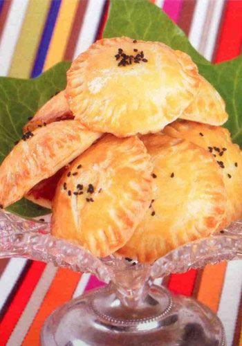Patlıcanlı poğaça (6 kişilik)  Hazırlama süresi: 10 + 15 dakika   Bekleme süresi: 30 dakika   Pişirme süresi: 15-20 dakika  Malzemeler:  Poğaça hamuru:  1 paket/ 200 g beyaz ve labne krem peynir  ½ paket/125 g margarin veya tereyağı  2 ölçü/200 g un  Poğaça üstü:  1-2 yumurta sarısı  1 yemek kaşığı çörek otu  Poğaça içi:  1 ölçü/150 g közlenmiş patlıcan  1/3 ölçü/50 ml krema  1 tatlı kaşığı un  1 tutam tuz  1 tutam karabiber  Hazırlanışı: Krem peynir ve yağ birlikte ezilir, un elenerek ilave edilir, yoğrularak hamur haline getirilir. Hamur top yapılır, alüminyum folyoya sarılır ve 30 dakika buzdolabında bekletilir. Hamur hazır olunca unlu tezgahla merdane ile açılır, yuvarlak kurabiye keseceği veya bardak ağzı ile kesilir. Kesilmiş hamurlara yumurta sarısı sürülür.   Ortalarına krema, un, tuz, biber ve ezilmiş közlenmiş patlıcan ile hazırlanan poğaça içi konur. Üzerlerine hamur kapatılır, çevreleri çatalla bastırılır; böylece poğaçaların pişerken açılması önlenir. Poğaçalara yumurta sarısı sürülür ve çörek otu serpilir.180 ısıtılmış fırında 15 20 dakika pişirilir.  Şefin önerisi: Poğaçalar, sotelenmis mantar, ıspanak, peynir veya kıymalı yapılabilir. Hazırlanan poğaçalar üzerlerine yumurta sarısı sürülmeden dondurulabilirler.