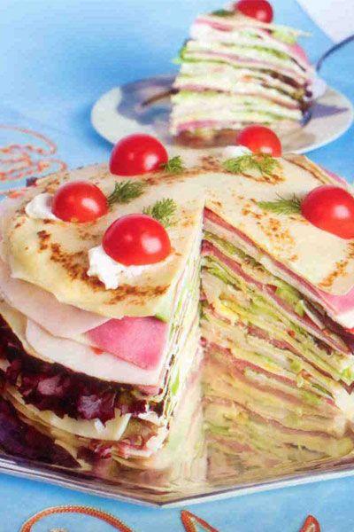 Krep pasta (6-8 kişilik)  Hazırlama süresi: 30 dakika  Pişirme süresi:15 dakika  Bekleme süresi: 1 saat  Krep pasta malzemeleri:  8-10 adet krep  10-15 dilim dana jambon  10-15 dilim sebzeli tavuk jambon  20-25 dilim taze kaşar  3 salatalık  1-2 kutu/ 200-400 g beyaz veya labne krem peynir  1 küçük demet kıvırcık salata  3-4 yemek kaşığı hardal  10 adet çeri domates  Hazırlanışı: Krep pastaya krem peynir sürülmüş krep ile başlanır. Sırası ile yeşillik, dana jambon, kaşar peynir kat kat konur. Hardal sürülmüş krep hardalı altta kalacak şekilde peynirin üzerine yerleştirilir. Krebin üzerine krem peynir sürülür, yeşillik, sebzeli tavuk jambon, dilimlenmiş salatalık, kaşar peynir kat kat konarak devam edilir.   Aynı işlemler tekrar edilerek krep pasta istenilen yüksekliğe getirilir. Krep pastanın üzerine ikiye kesilmiş çeri domatesler, krem peynir ve taze bir yeşillik ile (dereotu, maydanoz, nane, fesleğen gibi) dekor yapılır.1 -2 saat buzdolabında bekletilir.  Püf noktası: Her dilim kesildiğinde bıçak temizlenmelidir.