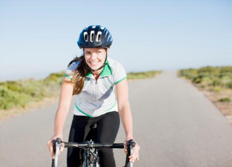 """AKTİVİTE: Bisiklet Uzman: Tom Holland  Nasıl?  Holland. """"Bisiklete binerken nefes almanın kuralı burnundan alıp ağzından verirken olabildiğince rahat olmak"""" diyor. Yokuşta veya uzun yolda, yani zorluk arttığında daha güçlü nefes al. (Burundan derin ve hızlı nefes alıp ağızdan hızlıca ver.)"""
