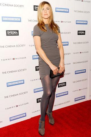Aniston bu fotoğrafta Balenciaga bir elbise ve Salvatore Ferragamo ayakkabılar giyiyor.