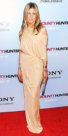 Aniston, Donna Karan tasarımı nude elbisesini Ferragamo bir clutchla tamamlamış.