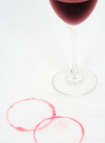 Şarap lekesi  Şarap lekesini çıkarmak için, oksijenli suyla tampon yapın ya da lekenin üzerini örtecek şekilde tuz serpin ve bir süre bekletin, daha sonra yıkayın.