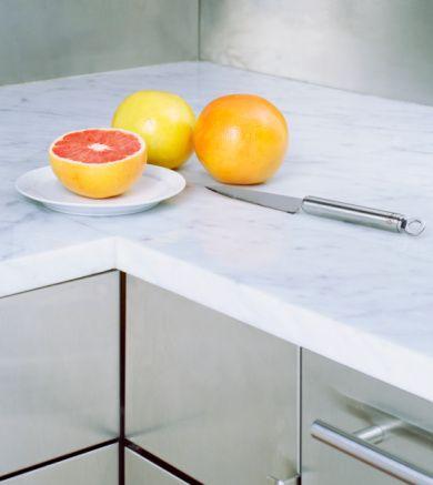 Sararan mermer tezgah  Sararan mermer mutfak tezgahlarını sabunlu suyla silin. Sonra tuz katılmış limon suyuyla ovuşturun. Durulatıp kurutun.
