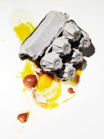 Yumurta lekesi  Yumurta lekelerini çıkartmak için suyu soğuk olarak kullanmanız şarttır. Genellikle sabunlu su yeterli oluyorsa da beyaz kumaşlarınız için biraz çamaşır suyu ilave edebilirsiniz. Ayrıca kesik limonla lekeli yerleri ovabilirisiniz. Suda haşlayarak ezdiğiniz bir parça patatesle ovuşturmak ya da içinde çakıl bulunmayan nemli toprakla yumurta lekelerini silmek de bir yöntemdir.