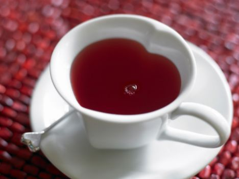 Çay lekesi  Beyaz kumaştaki lekeyi limon suyuyla silin ve soğuk suyla durulayın.  Renkli kumaştaki taze lekeyi yumurta sarısını suyla karıştırarak ovalayın. Eski bir leke ise gliserinli suyla silmek iyi olacaktır.  Halı üzerindeki çay lekesini, eşit ölçekteki alkol ve sirke karışımı ile silin.  Limon kolonyasıyla çay lekesi olan bölgeyi ovmak da işe yarayacaktır.
