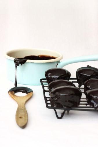 Çikolata lekesi  Kumaştaki çikolata lekesi için; en iyi yol gliserinle ovup yağ emici iki kağıt arasında bir süre bırakarak yağının iyice emilmesini sağlamaktır. Eğer bu işlem yeterli olmazsa ve lekeli kumaş rengi atmayan bir tür kumaş ise lekeli kısmı suyla karıştırdığınız 90 derecelik alkolle silin.