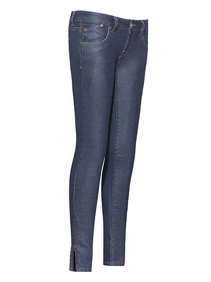 Victoria Beckham Denim Süper seksi daracık kot pantolonların yanı sıra, metalik bluzlar ve tişörtler de bu koleksiyonda mevcut.