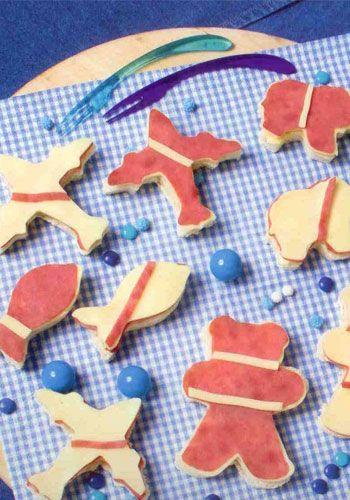Şekilli kanepe (4-6 kişilik)  Hazırlama süresi: 20 dakika  Malzemeler:  8 dilim büyük boy tost ekmeği   1 yemek kaşığı yumuşak tereyağı   8-10 dilim salam veya jambon  8-10 dilim taze kaşar peynir  Hazırlanışı: Ekmekler çeşitli kalıplar ile kesilir. Ekmeklerin üzerlerine tereyağı sürülür. Aynı şekillerde kesilmiş bir kat salam, bir kat peynir konur.  Şefin önerisi: Kanepeler büyükler için farklı şekillerde kesilebilir. (Kare, yuvarlak, üçgen, vs.) Üzerlerinde somon füme, kapari, dil füme, keçi peyniri gibi şarküteri çeşitleri kullanılabilir.