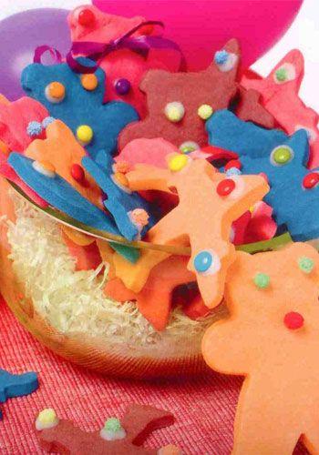 Vanilyalı kurabiye (6-8 kişilik)  Hazırlama süresi: 15 dakika  Pişirme süresi: 10-12 dakika  Malzemeler:  2 ½ ölçü, 250 g un  ½ paket/ 5 g kabartma tozu  ½ paket/ 125 g margarin  1 paket/5 g vanilya  1 hafif çırpılmış yumurta  1 ölçü/ 120 g pudra şekeri  Gıda boyası (arzu edilirse)  Hazırlanışı: Un ve kabartma tozu birlikte elenir ve havuz yapılır. Yumuşak yağ, elenmiş pudra şekeri, vanilya, yumurtalar ve gıda boyası ortaya konur karıştırılır, hamur yapılır. Birden fazla renk vermek için hamur yapıldıktan sonra, parçalara ayrılır, istenilen renkler ilave edilerek birlikte yoğrulur. Hamur alüminyum folyo ile sarılır, yarım saat buzdolabında bekletilir.  Unlu tezgahta merdane ile açılan hamur, istenilen formlardaki kurabiye kesicileri ile kesilir.Yağlı fırın tepsisine dizilir. 180 derece ısıtılmış fırında 10-12 dakika pişirilir. 2 büyük kaşık pudra şekeri ile 1 küçük kaşık su karıştırılarak yapışkan bir malzeme elde edilir. Bu karışım ile kurabiyelere renkli çikolatalar yapıştırılır. Önceden pişirilen kurabiyelerin süslemesini çocuklar heyecanla yapabilirler.