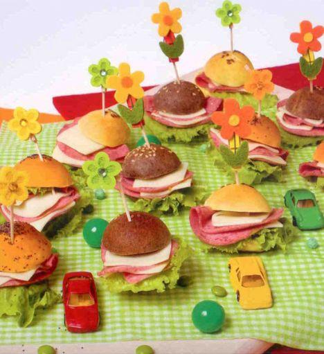 Şarküterili sandviçler (4-6 kişilik)  Hazırlama süresi: 15 dakika  Bekleme süresi: 30-45 dakika  Pişirme süresi: 15-20 dakika  Domatesli sandviç ekmeği:  5 ölçü/ 500 g un  1 paket/ 40 g yaş maya  2X 1/3 ölçü/100 g toz şeker  1 yemek kaşığı/ 24 g tuz  1 ölçü+ 2 X ölçü/ 250 ml su  100 g yumuşak margarin veya tereyağı  ½ ölçü 75 ml domates püresi  Hazırlanışı: Un elenerek havuz yapılır, onaya yaş maya ve az ılık su ilave edilir. Maya elle ezilir, tuz ile direk temas etmemesi için üzerine bir parça un serpilir. Tuz mayaya direk katılırsa hamur çürür ve kabarmaz.Yumuşak yağ, su, toz şeker, tuz ilave edilir, hamur yapılır.   Hamurun ortası açılarak domates püresi ilave edilir ve tekrar yoğrulur. Hafifçe yağlanmış veya pişirme kağıdı kaplanmış fırın tepsisine hamurlar ceviz büyüklüğünde toplar yapılarak dizilir.   Üzerleri temiz bir mutfak havlusu ile örtülerek, sıcak bir yerde 30 - 45 dakika, ekmekler şişene kadar bekletilir. Ekmeklerin üzerine parlak olmaları için yumurta sarısı, doğal ve mat olmaları için su sürülür. Ekmeklere susam, çörek otu, haşhaş tohumu, keten tohumu, vs. serpilir. 190- 200 derece ısıtılmış fırında 15-20 dakika pişirilir.  Şefin önerisi: Sandviç ekmeklerine zeytin ezmesi, köri, pul biber, maydanoz, vs. katılarak, çocuklara olduğu kadar büyüklere de değişik sandviçler hazırlanabilir.