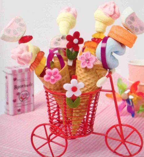 Şeker külahları (4 kişilik)  Hazırlama süresi: 10 dakika  Malzemeler:  4 adet dondurma külahı  Yumuşak şekerleme çeşitleri  Çöp şiş  Hazırlanışı: Çöp şişlere şekerlemeler değişik şekillerde dizilir. Külahlara yerleştirilir, uçlarına kurdeleler bağlanabilir ve bardak, vazo, mumluk gibi objelerin içinde servis edilir.  Şefin önerisi: Çöp şişlere şeker yerine meyve, turşu, peynir vs koyarak tüm misafirlere değişik sunumlar hazırlanabilir.