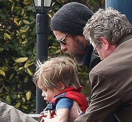 Çiftin 3 yaşındaki kızları Shiloh, görünüşe göre iki erkek kardeşi Maddox ve Pax Thien'e özenip onlar gibi görünmeye çalışıyor.