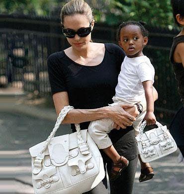 Hatta annesi ona kendisiyle bir örnek çanta bile alıyor.