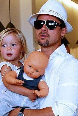"""Uzmanlar bu durumu """"Küçük erkek çocuklarının kız gibi giyinmek istemeleri ya da kız çocuklarının erkek giysilerine özenmeleri çok yaygın bir durum. Ama Jolie ve Pitt'in bu durum karşısındaki tepkileri diğer anne ve babalardan farklı"""" diyerek değerlendiriyorlar."""