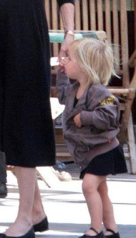 Aslında Jolie ve Pitt çifti dünyadaki milyonlarca anne ve babadan çok farklı. Örneğin Jolie'nin şu anda 8 yaşında olan oğlu Maddox ilk kez 5 yaşındayken dövme yaptırmak istedi. Bu isteği de Jolie tarafından kabul edildi. Anne- oğul bir Budist sembolü seçip bunu Maddox'un vücuduna dövme yaptırmak istediler: Ancak bu Brad Pitt tarafından engellendi.