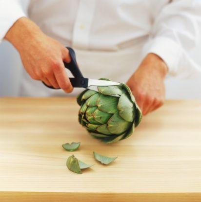 Enginar pişirirken nelere dikkat etmelisiniz?  Çorbası, salatası, dolması, zeytinyağlı yemeği yapılan enginarı saklarken kararmalarını önlemek için limon suyu ilave edilmiş su dolu bir kapta bekletmelisiniz.  Enginarın suyunu aymayın; minerallerin bulunduğu bu suyu çorba yapımında kullanabilirsiniz.   Pişirme sırasında enginarın içine konulacak bir dilim limon kararmayı önler.   Enginarın sapını pişirmeden az önce kesmelisiniz çünkü sapları kesilen enginarlar uzun süre tazeliğini ve beyazlığını koruyamıyor.