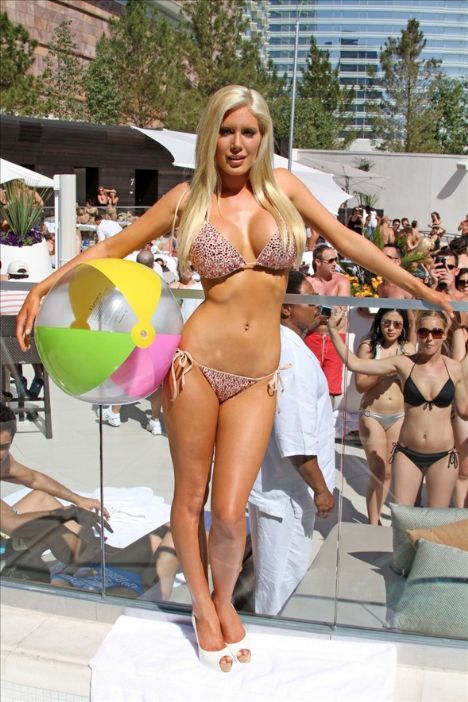 Ard arda 10 kez estetik ameliyat olan, son olarak bel çukurunu oydurduğunu açıklayan Heidi Montag, Miami'de katıldığı bir organizasyonda bikiniyle poz vererek yeni vücudunu gözler önüne serdi.