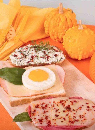 Üstsüz tostlar (4 kişilik)  Hazırlama süresi: 10 dakika  Pişirme süresi: 15 dakika  Malzemeler:   Kepek ekmeği, tost ekmeği, çavdar ekmeği  Beyaz peynir, çedar peynir, kaşar peynir  Dana jambon, hindi jambon  Yumurta  Zeytin ezmesi  Dereotu  Taze nane, Taze fesleğen  Pul biber  Hardal  Hazırlanışı: Kepek ekmeğine, çatalla ezilmiş beyaz, peynir ve kıyılmış dereotu sürülür, pul biber serpilir. Beyaz tost ekmeğine, hardal sürülür, üzerine hindi jambon ve çedar peyniri konur. Fırından çıktıktan sonra sahanda pişmiş yumurta eklenir. Çavdar ekmeğine, zeytin ezmesi sürülür, dana jambon ve kaşar peynir konur, pul biber serpilir.Ekmekler 180 derece ısıtılmış fırında 5-10 dakika peynirler hafif eriyene kadar tutulur.Dereotu, taze fesleğen ve nane ilave edilir.  Püf noktası: Yumurta tavada yuvarlak metal bir kalıp ile pişirildiğinde güzel bir şekil elde edilir.