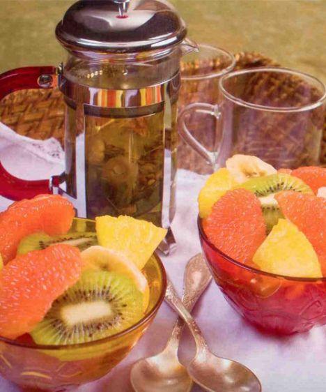 Uyku çayı& meyve salatası  Uyku çayı (4 kişilik)  Hazırlama süresi: 10 dakika  1 tutam ıhlamur  1 tutam papatya  1 tutam melisa  Su  Uyku çayının hazırlanışı: Tümü çaydanlığa konur, üzerlerine sıcak (kaynamayan) su ilave edilir. 2/ 5 dakika demlenir, süzülerek servis edilir.  Meyve salatası (4 kişilik)  Hazırlama süresi: 15 dakika  Malzemeler:  2 pembe greyfurt  2 kivi  2 muz  4 dilim ananas  Sos:  2 sıkmalık portakal  1 yemek kaşığı pudra şekeri  1 tutam kıyılmış taze nane  Meyve salatasının hazırlanışı:  Meyveler soyulur ve istenilen şekilde doğranır. Portakalların suyu, pudra şekeri ve nane çırpılır ve meyve salatasına ilave edilir. 15 dakika buzdolabında bekleterek servis edilir.  Şefin önerisi: Meyve slatası mevsim meyveleri ile veya sırf çilek ile yapılabilir.