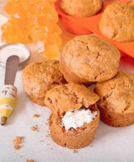 Elmalı muffin (6-8 kişilik)  Hazırlama süresi: 15 dakika  Pişirme süresi: 20-25 dakika  Malzemeler:  3 ½  bardak/ 350 g un  1 paket/10 g kabartma tozu  1 tatlı kaşığı karbonat  1+1/6 ölçü/175 g toz şeker  ½+1/3 ölçü/125 ml süt  ½+1/3 /125 ml krema  ½ ölçü/ 75 ml sıvı yağ  1 yumurta  1 tatlı kaşığı tarçın  1 paket/ 5 g vanilya  3 büyük elma rendesi  Hazırlanışı: Un, kabartma tozu, karbonat birlikte elenir ve havuz yapılır. Ortaya toz şeker, süt, krema, sıvı yağ, yumurta, tarçın, vanilya, elma rendesi konur. Tümü karıştırılır. Karışım yağlanmış ve unlanmış muffin kalıplarına kaşıkla konur.180 derece ısıtılmış fırında 20-25 dakika pişirilir. Piştiklerini anlamak için ortalarına batırılan kürdan kuru çıkmalıdır.  Şefin önerisi: Muffinlere ceviz ilave ederek denenebilir.