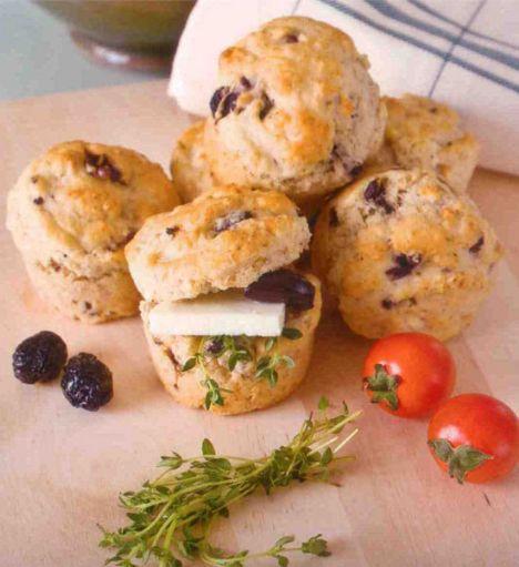 Zeytinli&kekli muffin (6-8 kişilik)  Hazırlama süresi: 15 dakika  Pişirme süresi: 15-20 dakika  Malzemeler:  3 ölçü/ 300 g un  1 ½ paket/ 15 g kabartma tozu  1 tutam karabiber  1 tutam tuz  1 ölçü+1/3 ölçü/250 ml süt  1 yumurta  4 yemek kaşığı sızma zeytinyağı  2X 1/3 ölçü/ 60 g rendelenmiş taze kaşar peyniri  2X 1/3/ 60 g çekirdeği çıkarılmış siyah zeytin  1 yemek kaşığı kuru kekik  Hazırlanışı: Un ve kabartma tozu birlikte elenir tuz, biber ilave edilerek havuz yapılır. Ortaya süt, yumurta, zeytinyağı, peynir, doğranmış zeytin ve kekik ilave edilir, tümü karıştırılır. Karışım yağlanmış ve unlanmış mtıffin kalıplarına kaşıkla konur. 180 derece ısıtılmış fırında 15-20 dakika pişirilir. Piştiklerini anlamak için ortalarına batırılan kürdan kuru çıkmalıdır.  Şefin önerisi: Muffinlar peynir, taze kekik ve domates ile servis edilebilir.