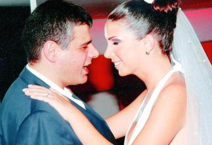 ONUN EVLİLİĞİNİ DE ŞİDDET BİTİRDİ  Şarkıcı Tuğba Özerk de şiddet gördüğü için evliliğini bitiren ünlülerden.