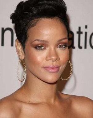GÜZEL YÜZÜ DARMADAĞIN OLDU  Müzik piyasasında son dönemde yaratılan en parlak yıldızlardan biriydi Rihanna... 51'ncisi düzenlenen Grammy ödül gecesine katılması beklenen Rihanna son anda bu kararından vazgeçinde ilk anda herkes bunu normal karşıladı.