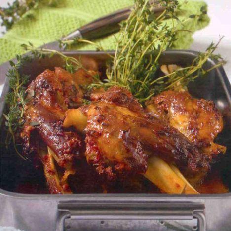 Kuzu incik (6 kişilik)  Hazırlama süresi:15 dakika  Pişirme süresi: 1,5 saat  Malzemeler:  6 adet kuzu incik  1 ölçü/150 g domates salçası  1 çay kaşığı tuz  1 çay kaşığı taze çekilmiş karabiber  2 düş ezilmiş sarımsak  1/3 ölçü/ 50 ml sızma zeytinyağı  2 yemek kaşığı yoğurt  1 çay kaşığı kuru kekik  2 orta boy soğan  1 ölçü/ 150 ml ılık su+ 1 adet et bulyon  1 paket/demet taze kekik  Hazırlanışı: Salça, tuz, biber, sarımsak, zeytinyağı, yoğurt, kekik karıştırılır ve inciklere sürülür. İncikler, soyulmuş ve ikiye kesilmiş soğanlar ile fırına girebilir kaba dizilir, üzerlerine sıcak suda eritilen bulyon ilave edilir. Alüminyum folyo kapatılarak, 180 derece ısıtılmış fırında 1,5 saat pişirilir.Taze kekik ile servis edilir.